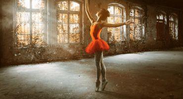 Tänzerin In Einem Verlassenen Gebäude